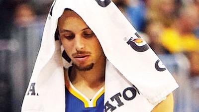 金州勇士客场以22分之差惨败给丹佛金块,库里披着毛巾一脸生无可恋的神情离开球场。