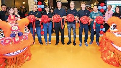 (右3于)XOX市场策略经理阿扎里尔、李宗伟、董事经理拿督蔡文杰、毕竟执行长黄国兴和财务总监江春桂当人口主持XOX旗舰店开幕。