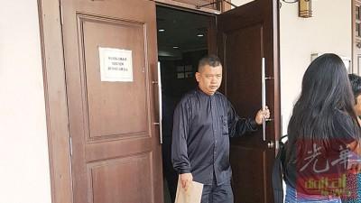 其中一名被告杰菲利阿都拉闻讯后步出法庭。
