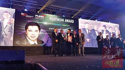 Ewein Zenith有限公司署理主席拿督尤瑞庆(右3)从前首相敦马哈迪医生(右4)手里接获马来西亚创业促进会50强企业大赛——白金奖(PUMM Platinum Award)。