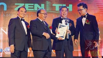Ewein Zenith有限公司署理主席兼董事经理拿督尤瑞庆(右2)在东盟晚宴发展奖中接获东盟大师级城市发展奖(ASEAN Master Class in Urban Development Award),左为拿督斯里许展强及马来西亚国内贸易、合作与消费事务部副部长拿督亨利松艾贡(左2)。