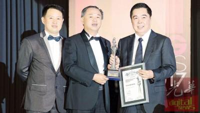 拿督尤瑞庆(右)代表Ewein Zenith有限公司从槟州行政议员罗兴强手中接获2017年INPenang Awards最佳产业发展商奖。