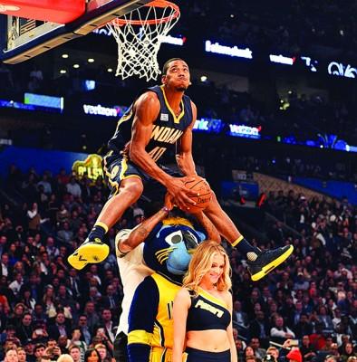 罗宾逊飞跃三人,然后在空中反身折叠将球扣进。