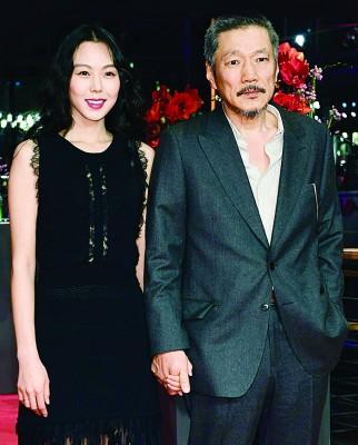 金敏喜与谱出不伦恋的人夫导演洪尚秀牵手走红毯。