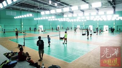 湖内市政厅体育馆羽球馆拥10个球场,林冠英形容,将给槟州栽培更多冠军!