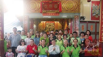 前者左3起王培兴、黄泉安、陈强华、黄忠兴、全体理事及善信们合照。