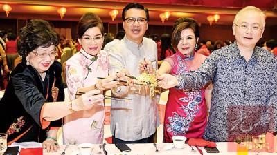 廖中莱(左3)、王赛之(左2)以及魏家祥(右者)等人出席马华妇女组彩凤起舞迎新春晚宴。左1为周宝琼和右2者为李碧真。