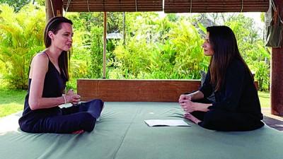 安祖莲娜祖莉(左)奉《BBC World News》记者的走访。