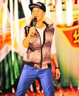 周奕斌早年在旧曲重温活动上边唱边跳,为母校献唱筹建校金。