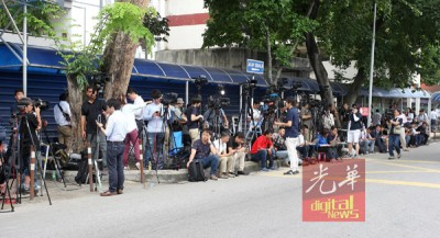 就传出金韩松到太平间办理领尸手续后,数以十万计国内外媒体星期二上午从,以太平间外驻守。