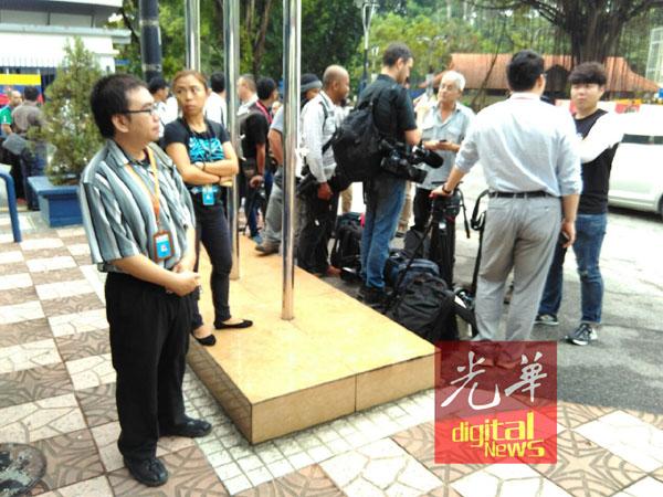 警方区分国内与国外媒体代表,避免混乱。