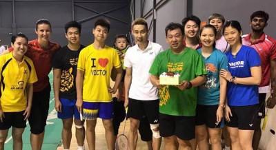 李宗伟周三和国家队队员一同为大马男单教练郑瑞睦庆祝生日。
