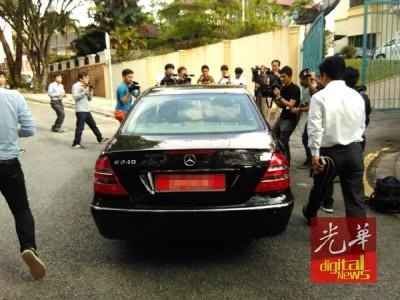 逢有大使馆官车进出,一定成为媒体追访的对象。