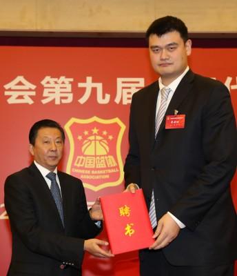 中国国家体育总局局长助理李颖川(左)为姚明颁发聘书。