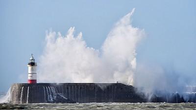 英国受多里斯吹袭,巨浪拍打岸边。(法新社照片)