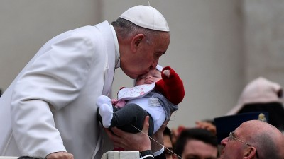 教宗亲吻一名婴儿。(法新社照片)