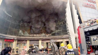 消防人员赶赴现场救火。