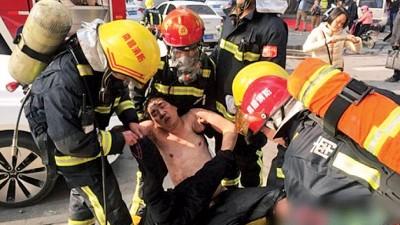 消防人员救出一名男子。