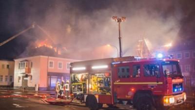 德国东部一间改装作难民中心的建筑物日前被纵火。