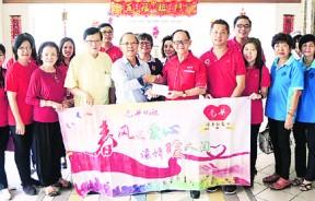 李兴前移交支票予槟榔屿病老院公关主任陈进华,由郭美玲和谢秀蓉见证。