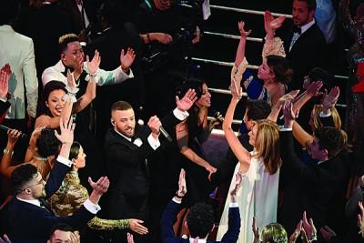 歌手贾斯汀载歌载舞入场,带领台下群星一起拍手同欢。