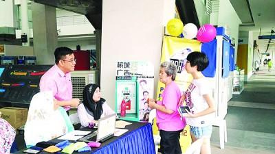 全国目前仍有400万人未登记为选民,左站者为黄汉伟。