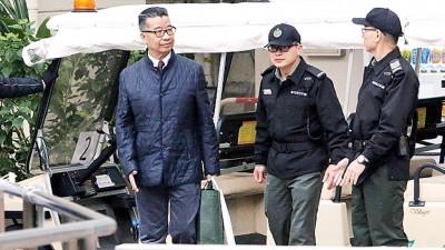周一上午,刘梦熊(中)步出赤柱监狱。