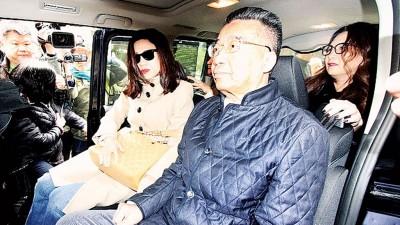 刘梦熊(右)与女友(左)乘车离开,返回住所。