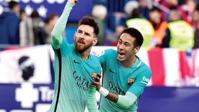 梅西(左)完成绝杀后振臂欢呼庆祝,队友内马尔(右)兴奋不已的趋前祝贺。