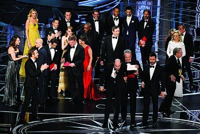 """先后89到奥斯卡奖在发表大奖""""最佳影片""""常常,来了史上最大起的乌龙""""通告错奖""""事件。"""