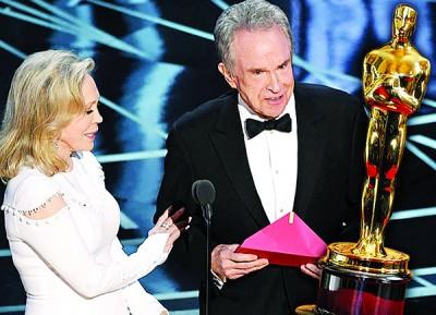 红影星费唐娜薇同华伦比提以奥斯卡颁发最佳影片,不料上演颁错奖的乌龙事件。