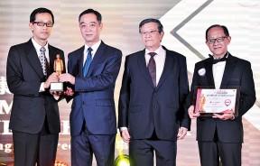 吴骏颁奖予郑康力,旁为林绪通及李兴前。
