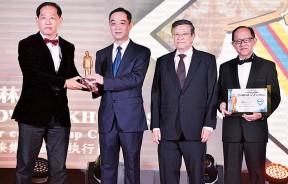 吴骏颁奖予林廉顺,旁为林绪通及李兴前。