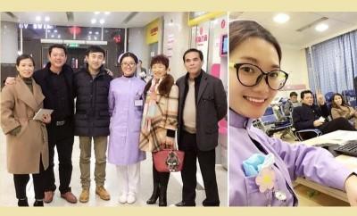 袁茜茜与父亲及未婚夫一家在医院拍下珍贵的全家福。
