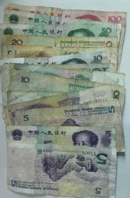 肇事骑士留下打工赚来的311元人民币。