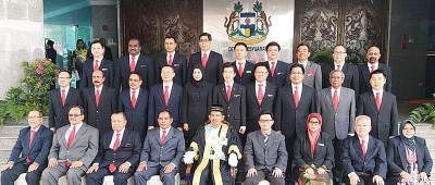 怡保市长占比里曼与新届市议员宣誓就职后合影。