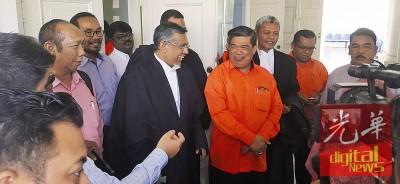 末沙布(右四)闻讯后,与代表律师及亲友们在庭外合影。