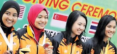 娜兹哈(左2)和陈苡温(右2)与搭档领奖。
