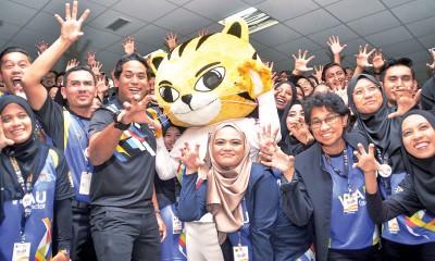 凯里(前左3)与参与培训的吉隆坡东运会志工们和吉祥物人偶一起做老虎手势助威。