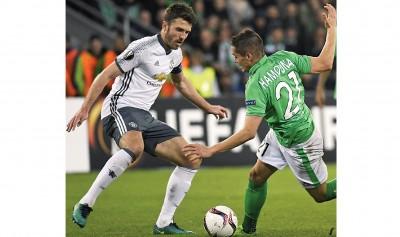 曼联队长卡里克也被施魏因斯泰格换下。