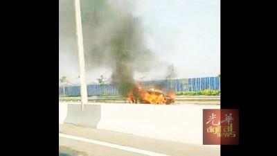 行驶中的士疑因引擎突然起火后,陷入火海。车内发现两具焦尸。