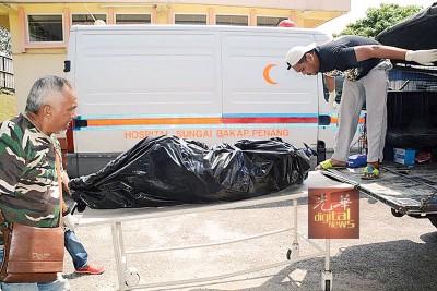 被烧焦尸的2具尸体送往双溪峇甲医院进行解剖。