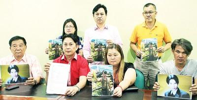 陈惠苈(前排左3)在张秀福(前排左2)陪同下召开记者会,希望丈夫能向家人报平安。前排左起为陈峇峇、吴安伟,后排左起为任美婷、柯致全和卢永财。