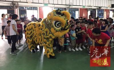 学员们同瑞狮联合打。