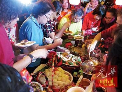 民众为家乡美食而来,一尝家乡风味。