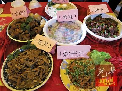 (左)福建家乡菜。(右)客家风味美食,少不了梅菜扣肉、黄酒鸡和酿豆腐。