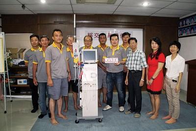 巴当拉浪济心中的家赞助5万令吉购买一部洗肾机,主持人李俊贤(前面右4)引善友移交给该中心,右3啊倪福来。