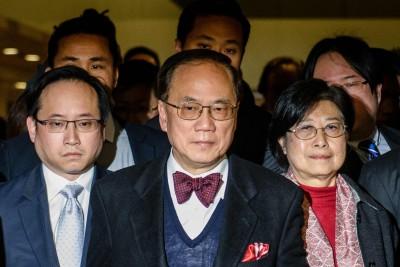 香港前特首曾荫权(中)与夫人(右)周五一同赴法院听取判决。(法新社照片)\