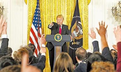 """美国总统特朗普周四在白宫召开上任后第一场独秀记者会,怒骂媒体报道""""假新闻"""",更打断记者提问。"""