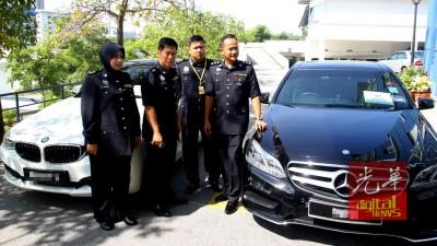 马兹兰(左二)向媒体出示警方起获的两部名贵轿车。